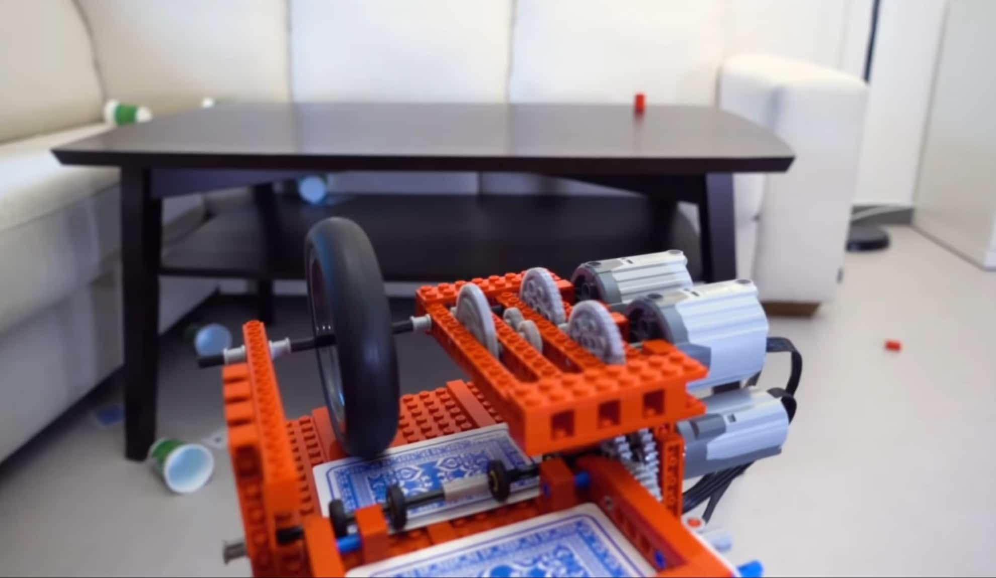 Das ist das ungewöhnliche LEGO-MG. (Foto: Screenshot / YouTube)