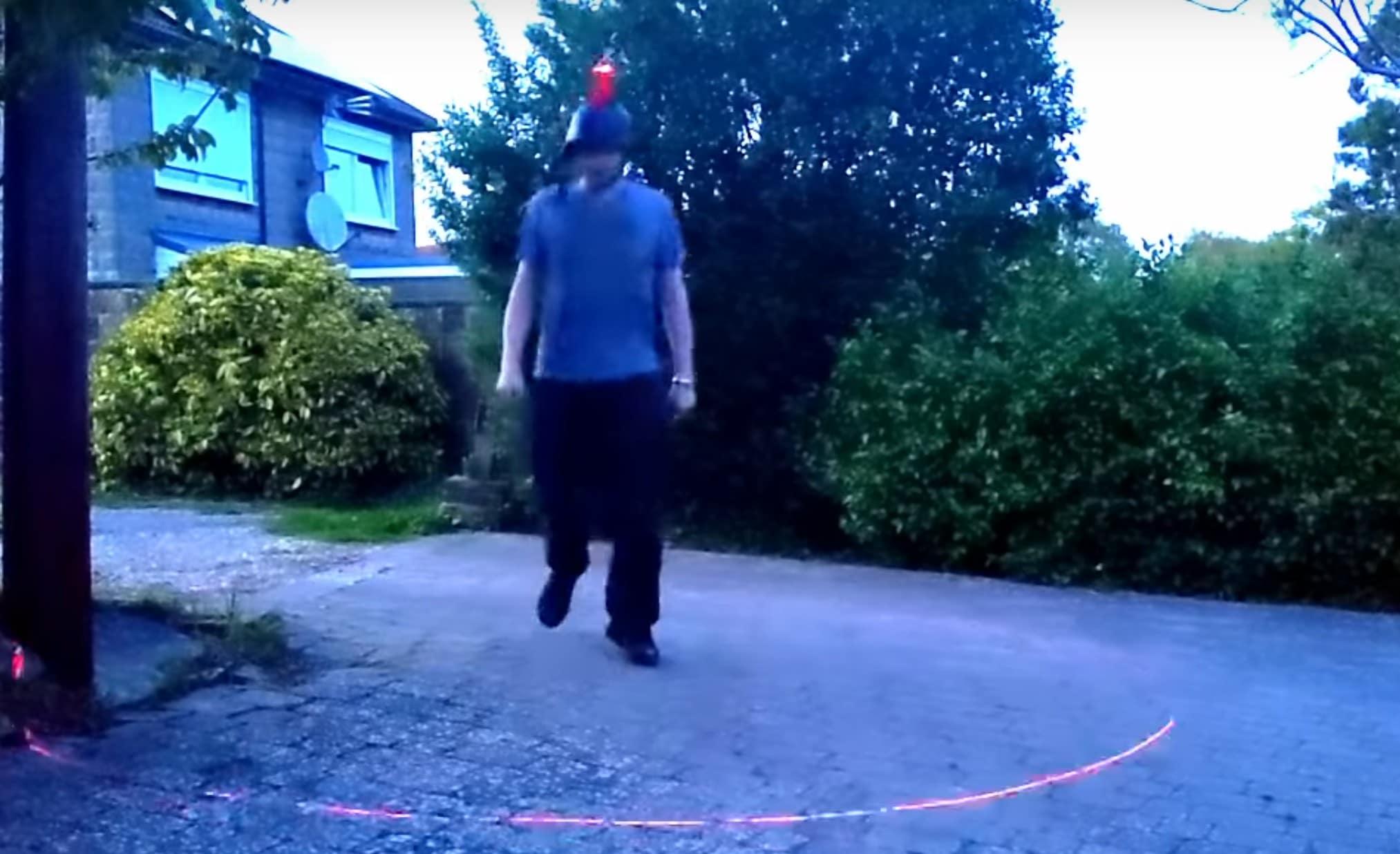 Schon praktisch, so ein Social Distancing Helm. (Foto: Screenshot / YouTube)