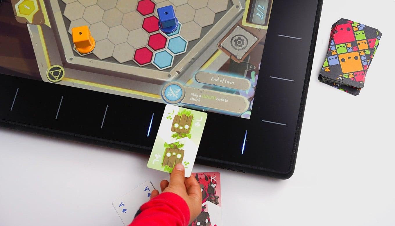 So legt ihr Karten aufs Spielfeld. (Foto: Wizama)